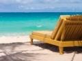 12324165-tropisch-strand-met-een-ligbed-met-uitzicht-op-de-blauwe-zee